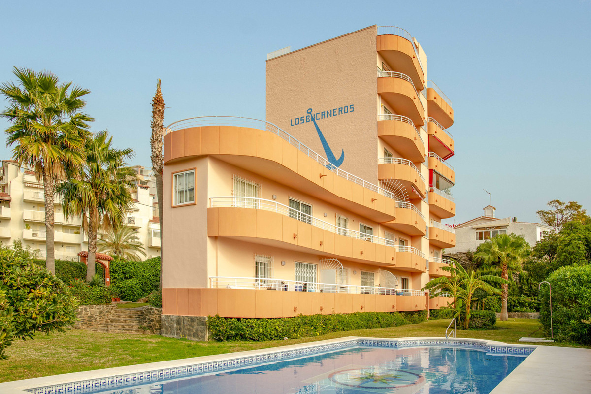Middle Floor Apartment in Benalmadena Costa R3342679