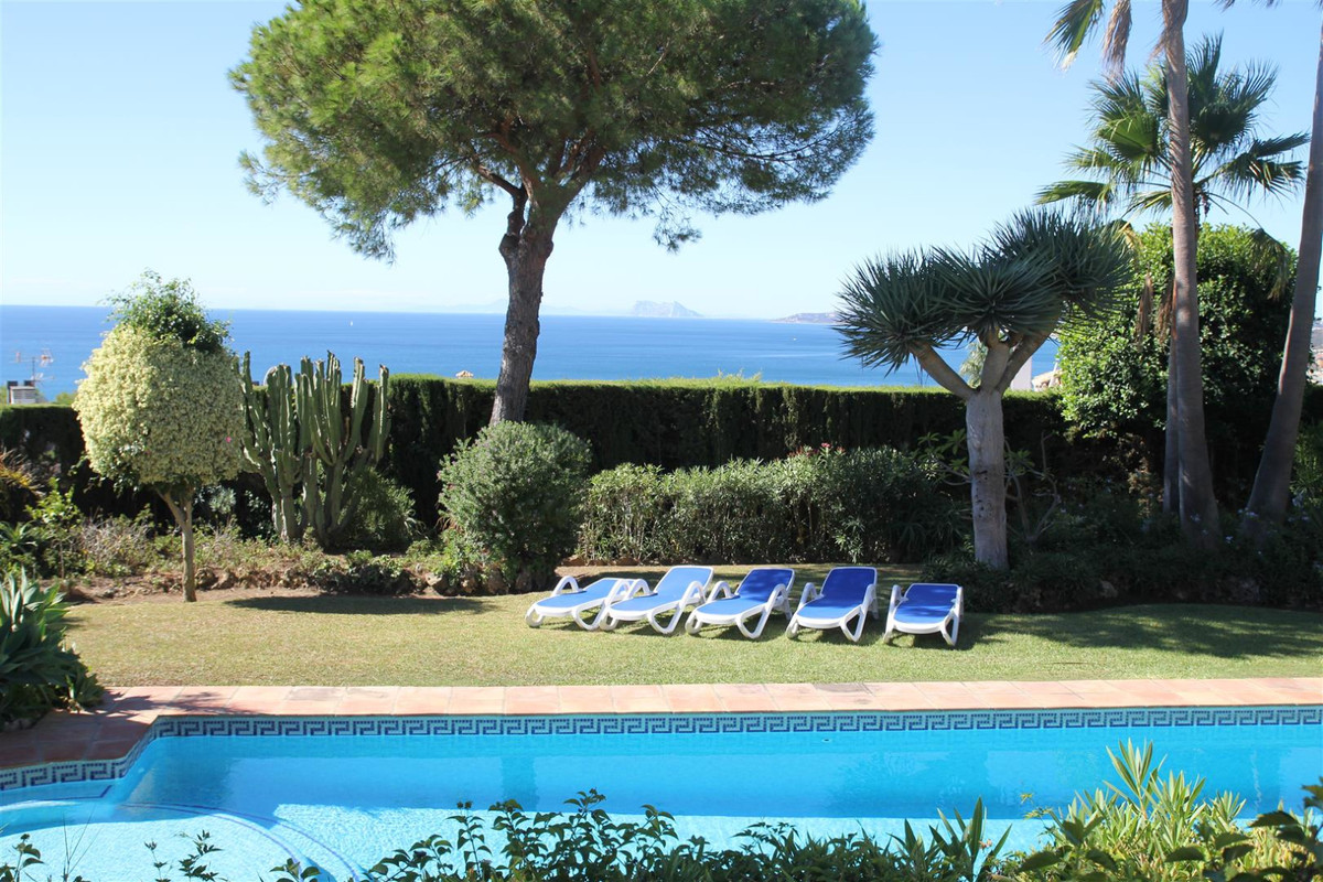 A beautiful detached villa set in a private plot 1,800 m2 with lovely views over the port of Estepon,Spain