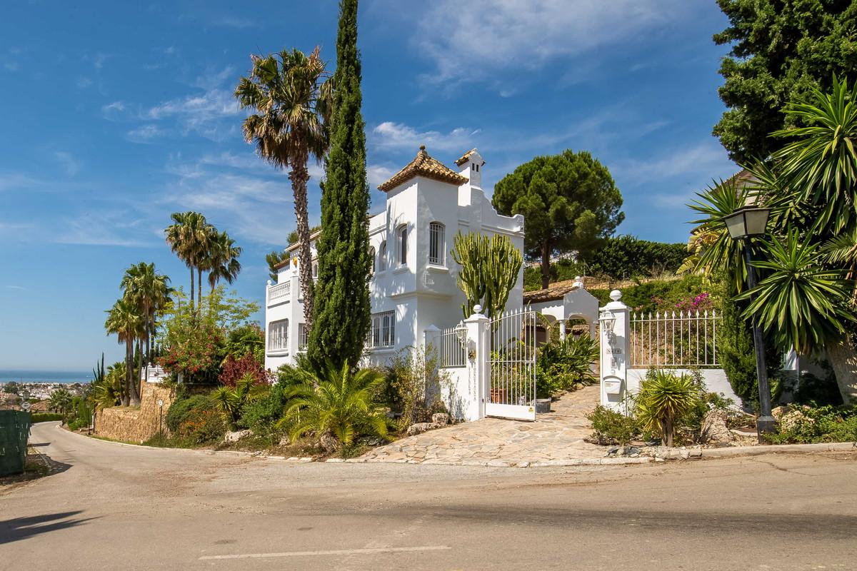 Detached Villa in El Paraiso R3203971