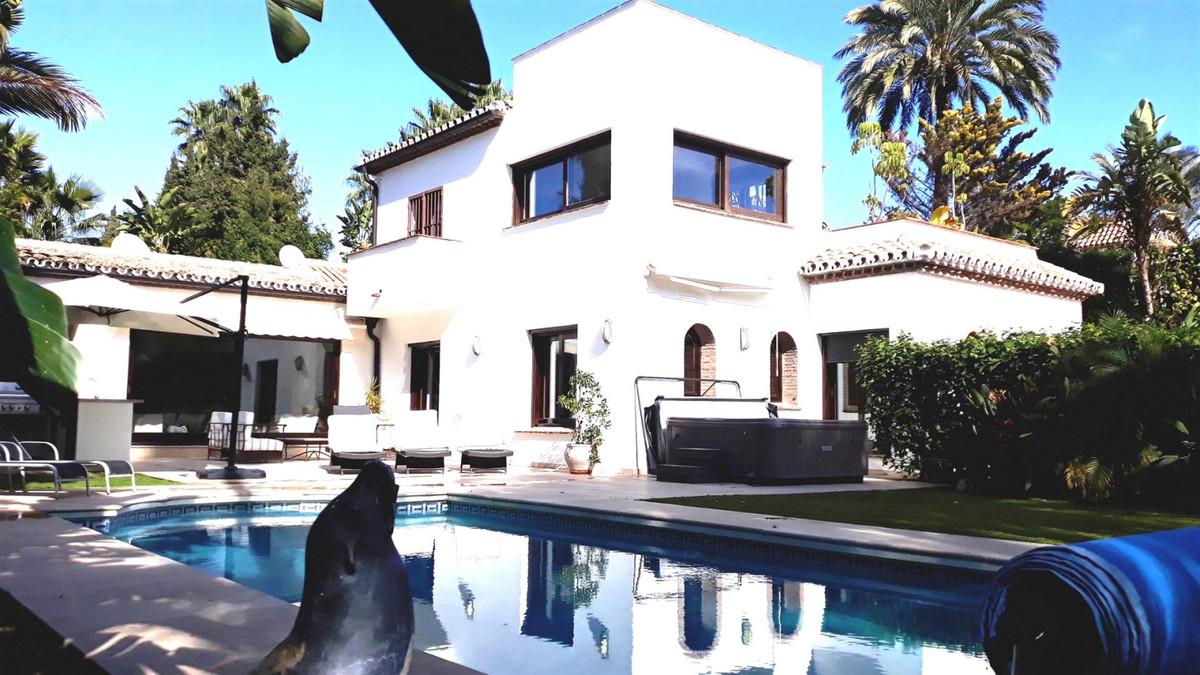 Detached Villa in Nueva Andalucía R3342490