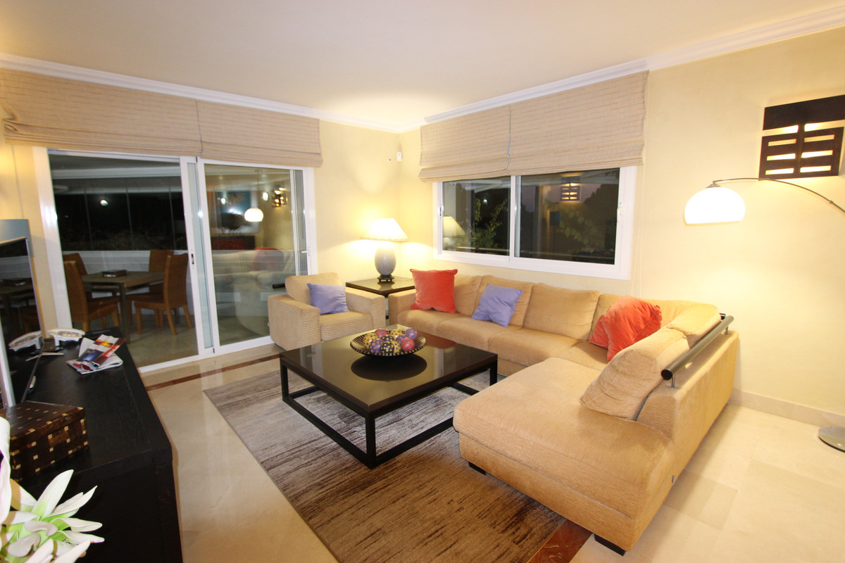 Middle Floor Apartment in The Golden Mile R3336844