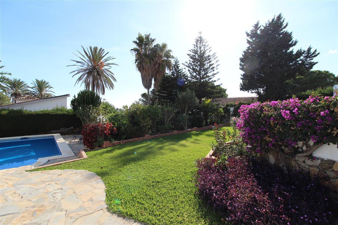 Detached Villa in Estepona R3045821