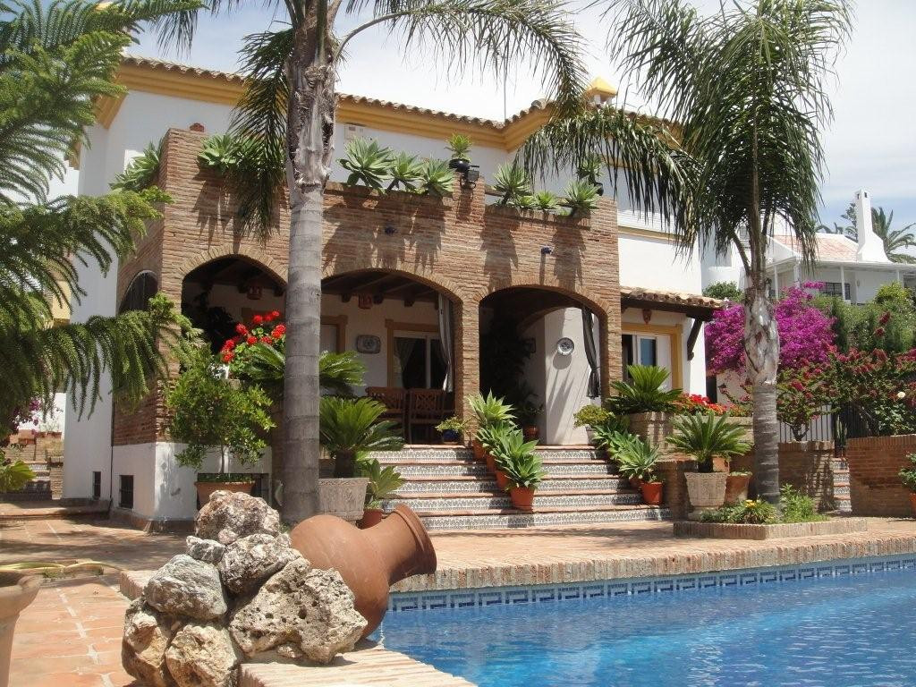 Detached Villa in Estepona R2027033