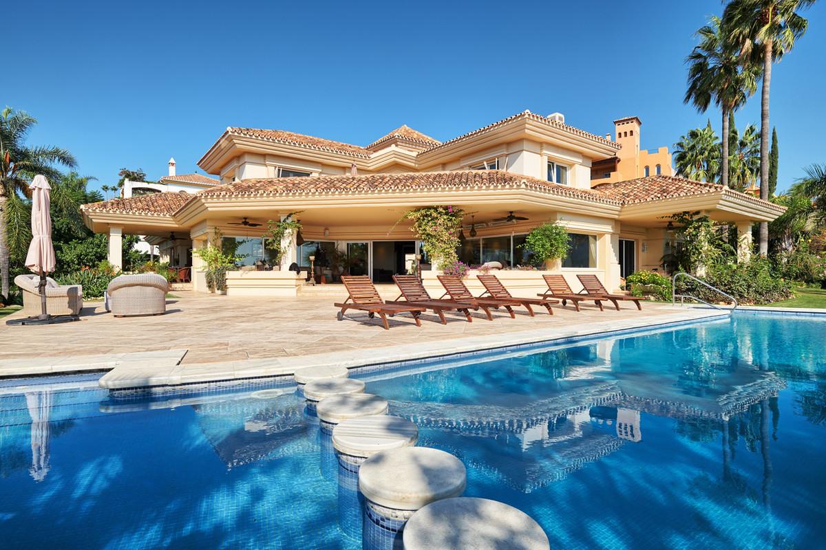 Detached Villa in Nueva Andalucía R3334924