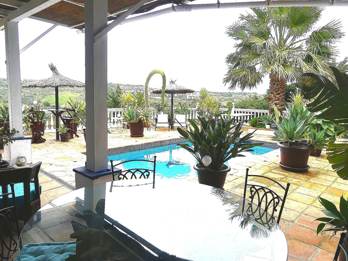 Very nice 153 Sq.m. Andalusian house on the Estepona golf course. With 2 main bedrooms and en suite ,Spain