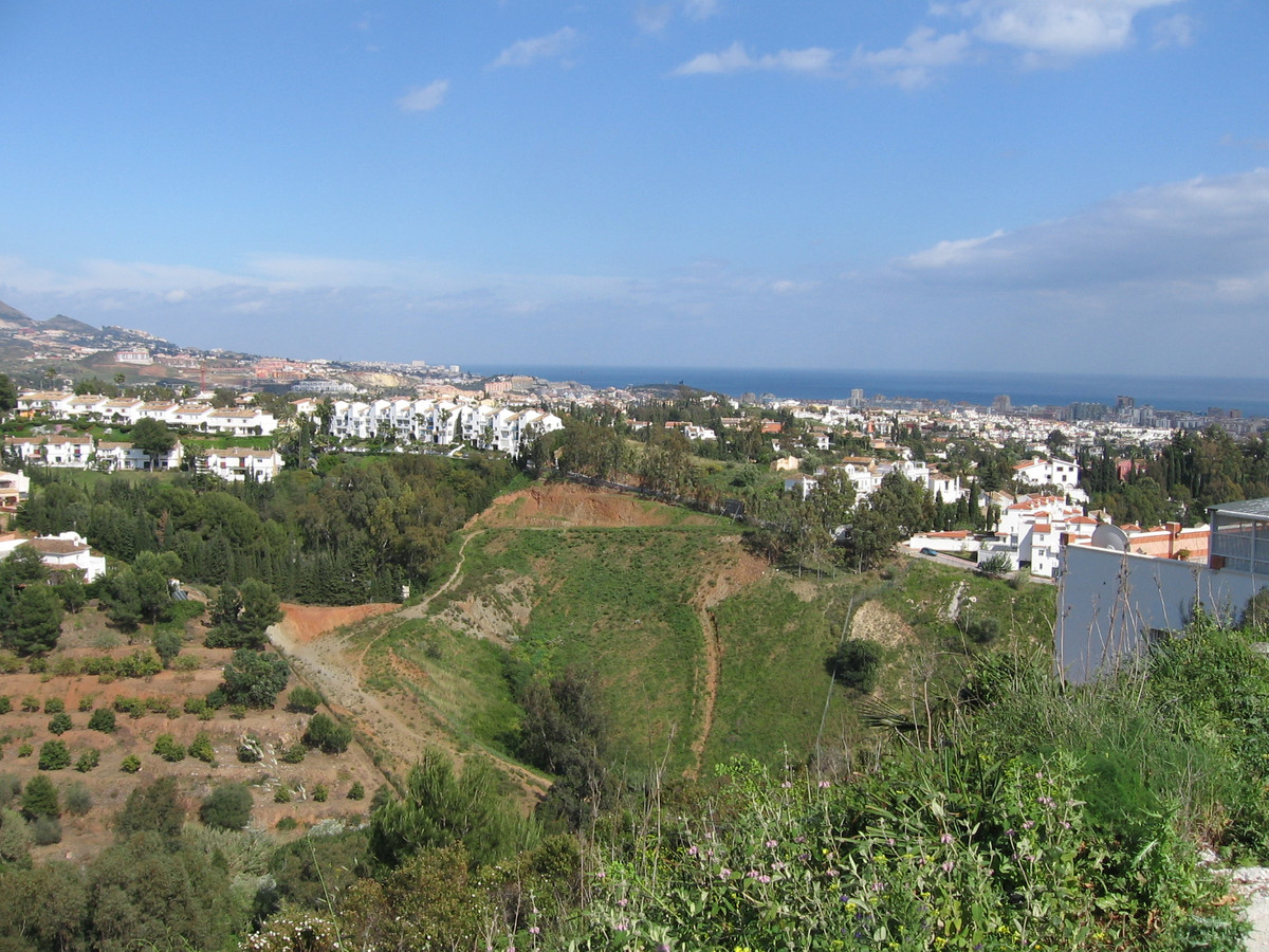 Land located in a residential area of ??La Sierrezuela de Mijas, with a very good location and views, Spain