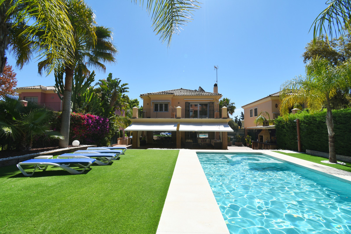 INCREDIBLE VILLA AT A UNIQUE PRICE !!  Magnificent villa in Elviria, one of the best areas with lots,Spain
