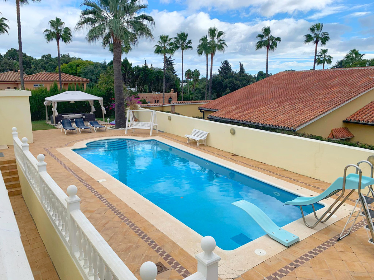 Large villa in the Sotogrande area, in a luxurious and residential area. It consists of 7 spacious aSpain