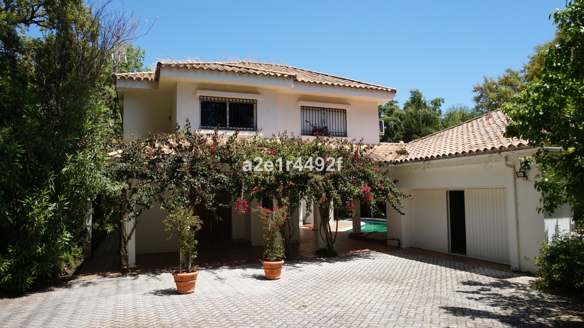 Fantastic villa in one of the most luxurious urbanizations of Sottogrande. Near golf courses. It has, Spain