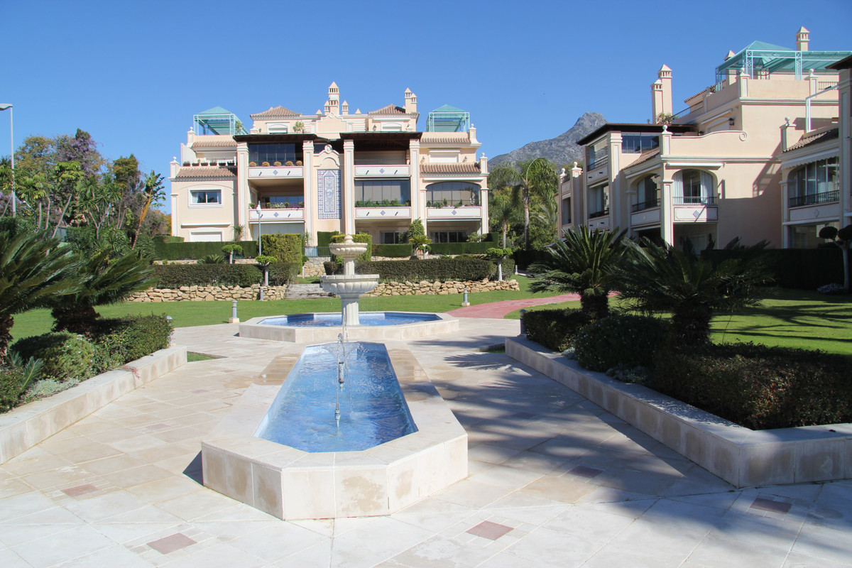 FANTASTIC BANK REPOSSESSED PROPERTY. SPACIOUS APARTMENT SITUATED IN ONE OF THE BEST GATED COMPLEXES , Spain