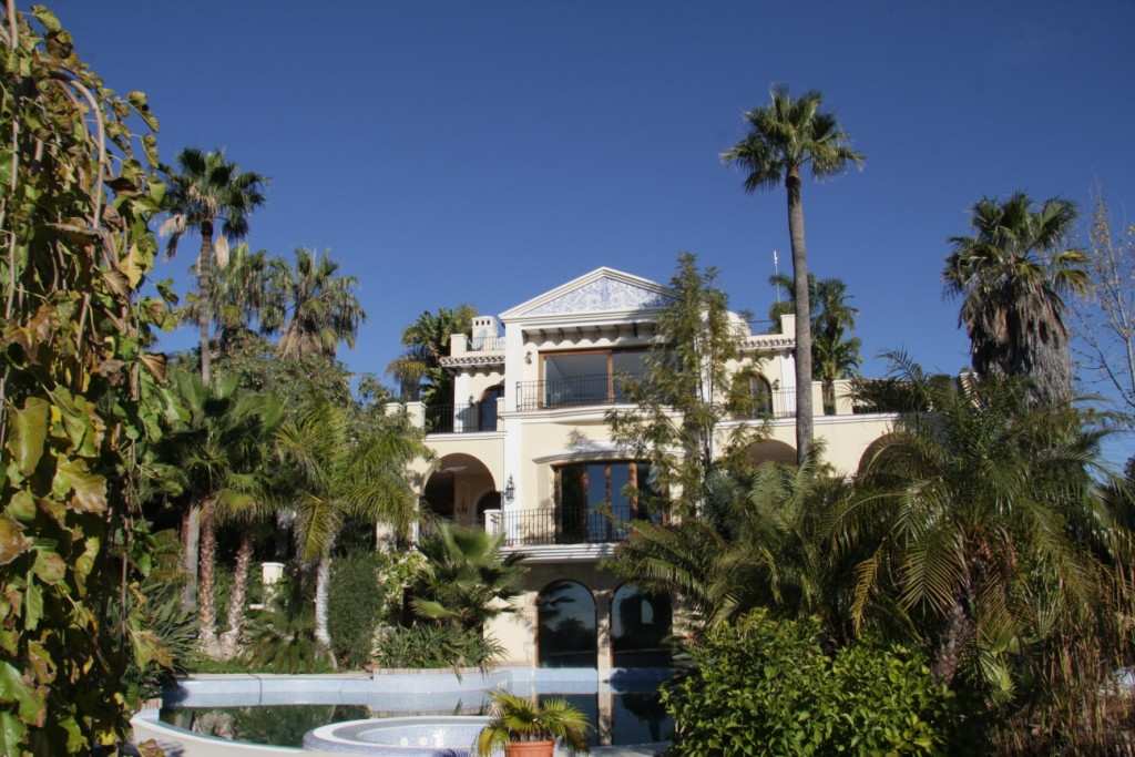 SPECTACULAR MANSION BUILT TO VERY HIGH STANDARD,  SITUATED ON THE TOP OF A HILL IN THE QUIET GATED L,Spain