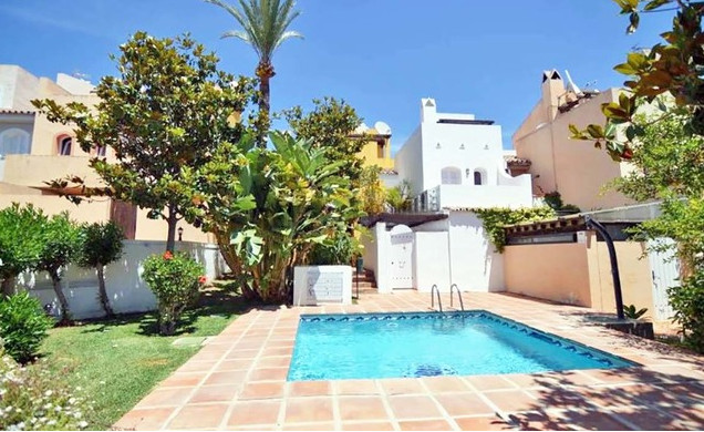 NICE TOWNHOUSE SITUATED IN ALTOS DEL RODEO, NUEVA ANDALUCIA. . ACCOMMODATION: ENTRANCE HALL, LIVING/Spain
