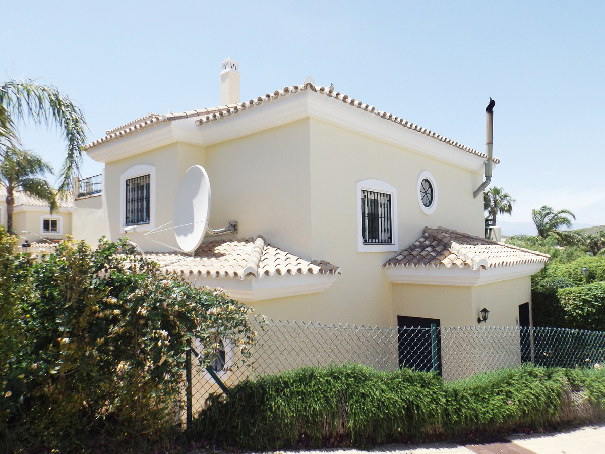 We are pleased to offer for sale this stylish, renovated townhouse in the desirable urbanization of ,Spain