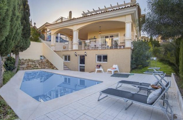 A stunning, luxurious villa of 380m2 distributed over two floors in the sought after location of Riv, Spain
