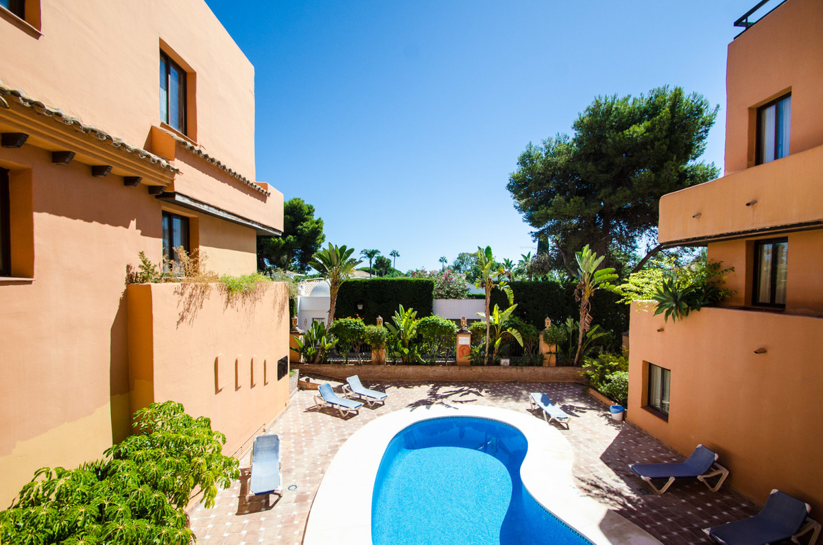 What an opportunity this is!  Well presented two bedroom apartment in a great location between Estep,Spain