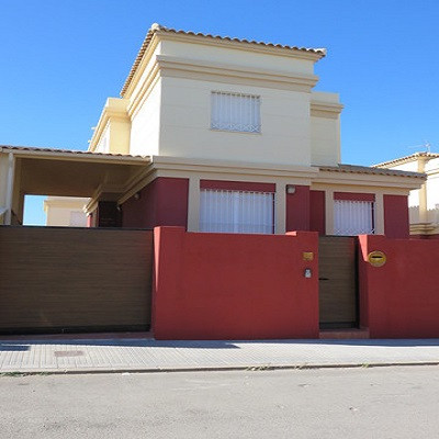 We offer this magnificent detached villa for sale in a quiet urbanization on the edge of Alhaurin de Spain