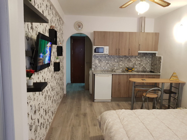 We offer for sale this stylishly renovated studio in the center of Fuengirola.  Comprising a good si, Spain