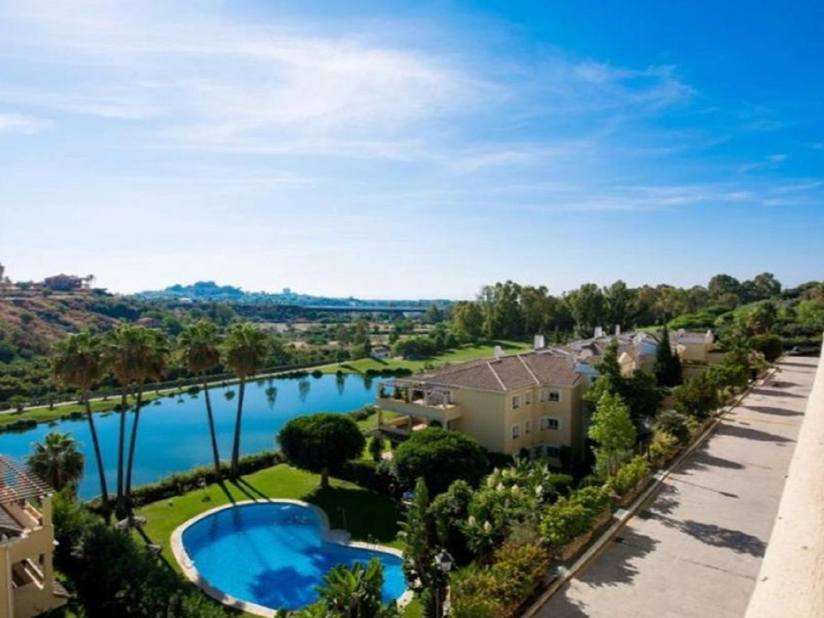 We offer for sale this stylish and modern apartment in a prestigious location close to Benahavis and,Spain