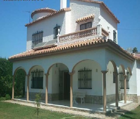 A magnificent villa located in a quiet urbanization yet only 100m from the beach.  Located on a plot, Spain