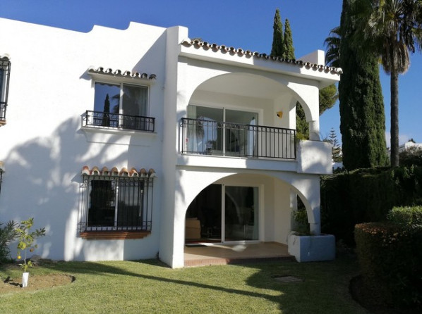 A stylish corner townhouse in Miraflores.  Located in a gated urbanization in the heart of the highl,Spain