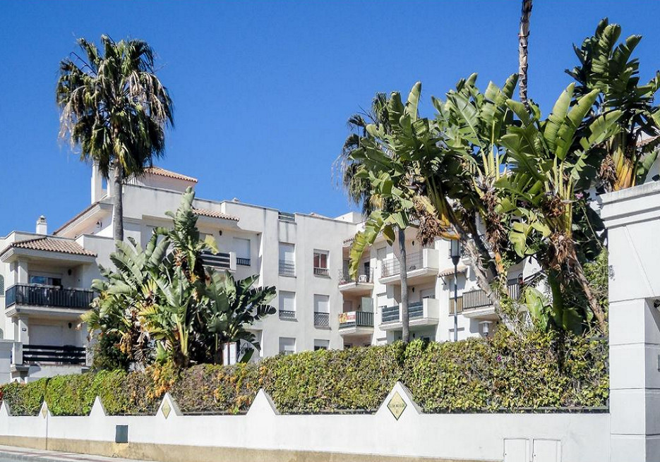 We offer for sale this stylish penthouse in a prestigious urbanization close to Puerto Banus!  Locat,Spain