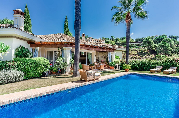 What an opportunity!!!  We offer for sale this large detached villa in the prestigious gated urbaniz, Spain