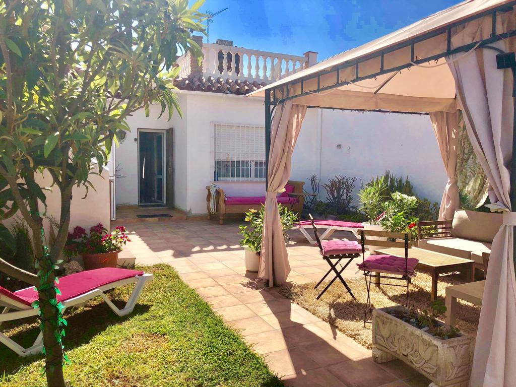 A rare opportunity to purchase a super townhouse in the Los Pacos area of Fuengirola.  Just a few mi,Spain