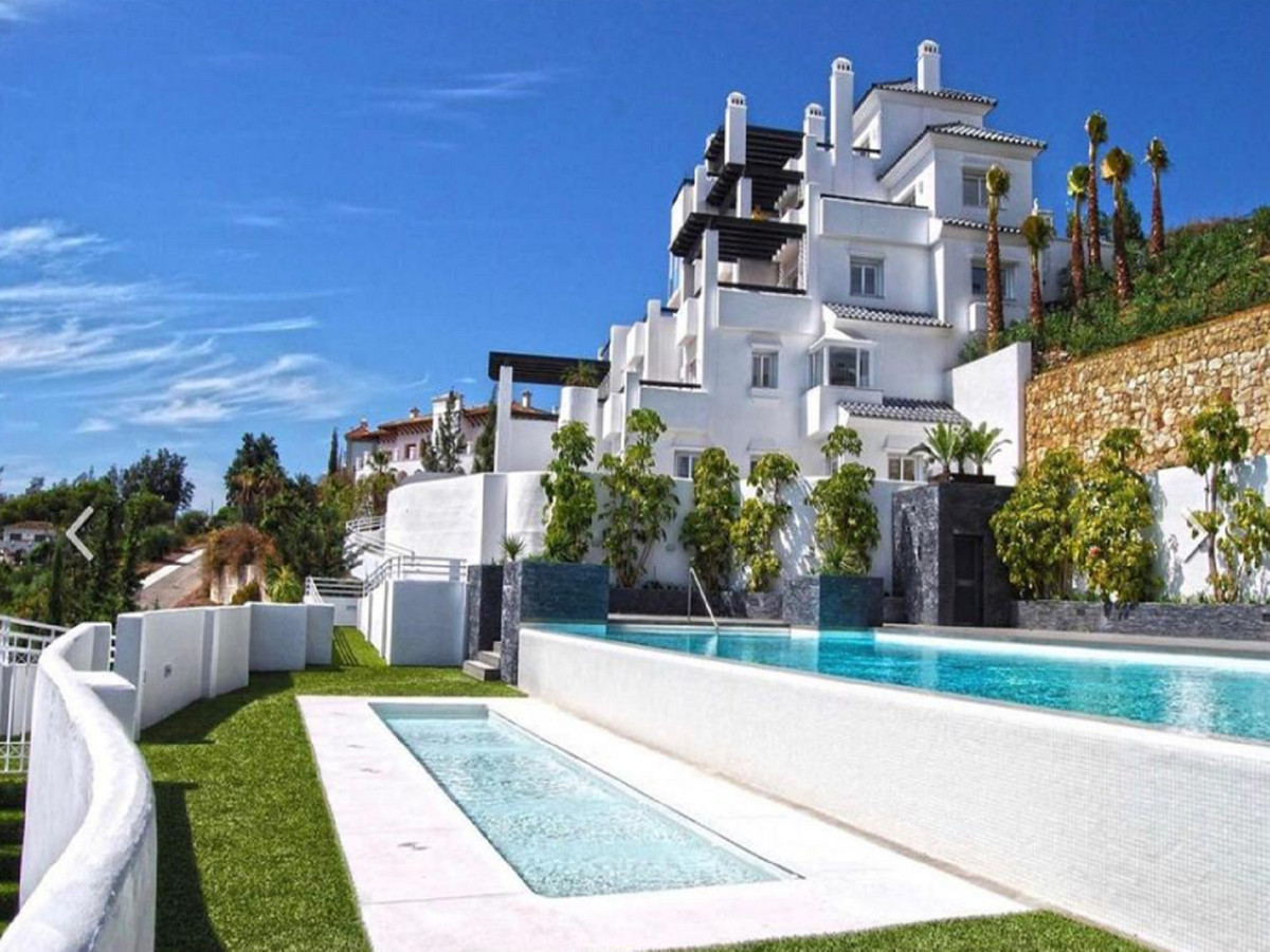 We offer for sale this bright and modern ground floor apartment in a prestigious urbanization close ,Spain