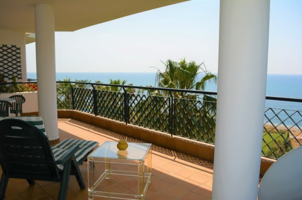 We offer for sale this stunning beachfront penthouse in Calahonda.  Located in a prestigious gated u Spain