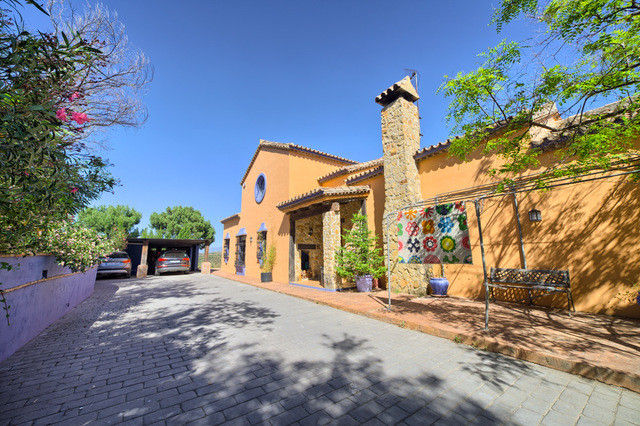 A fantastic opportunity to purchase a large rustic style detached villa close to the center of Estep, Spain