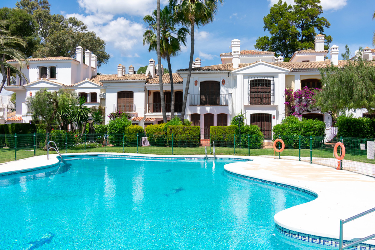 Townhouse, Terraced  for sale    in Estepona