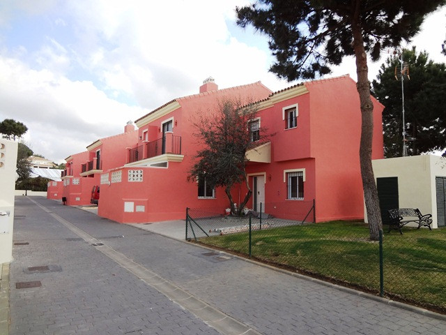 Corner townhouse with 4 bedrooms and 3 bathrooms and a private garden.  Excellent location in Las Ch,Spain