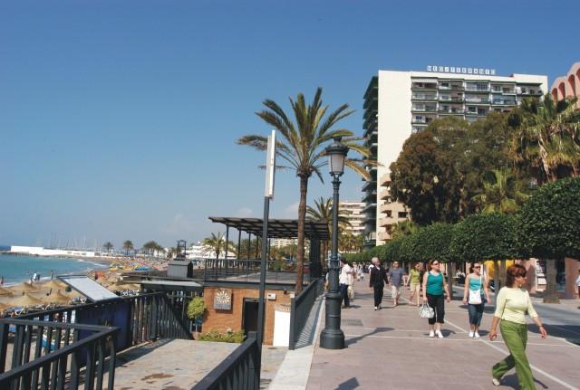 Excelente ubicacion, edificio en 1ª linea de paseo maritimo en el centro de Marbella. Ideal para vac,Spain