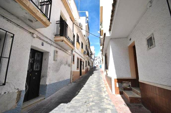 Interesting purchase opportunity not far from the Old Town of Marbella. This townhouse is built on 2,Spain