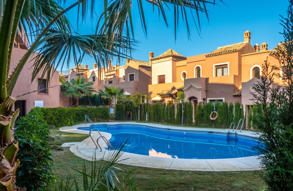 A lovely modern family home close to golf courses as well as other amenities.3 bedrooms and 2,5 bath, Spain
