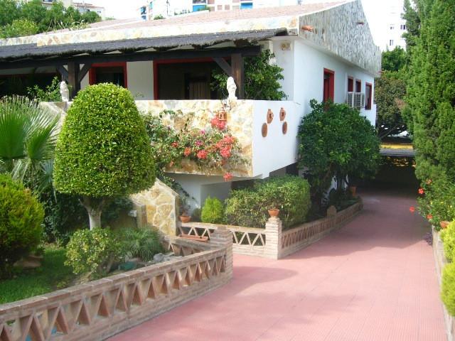 Villa en pleno centro de Marbella, situada en una parcela de 1132m2, con amplios jardines tropicales,Spain