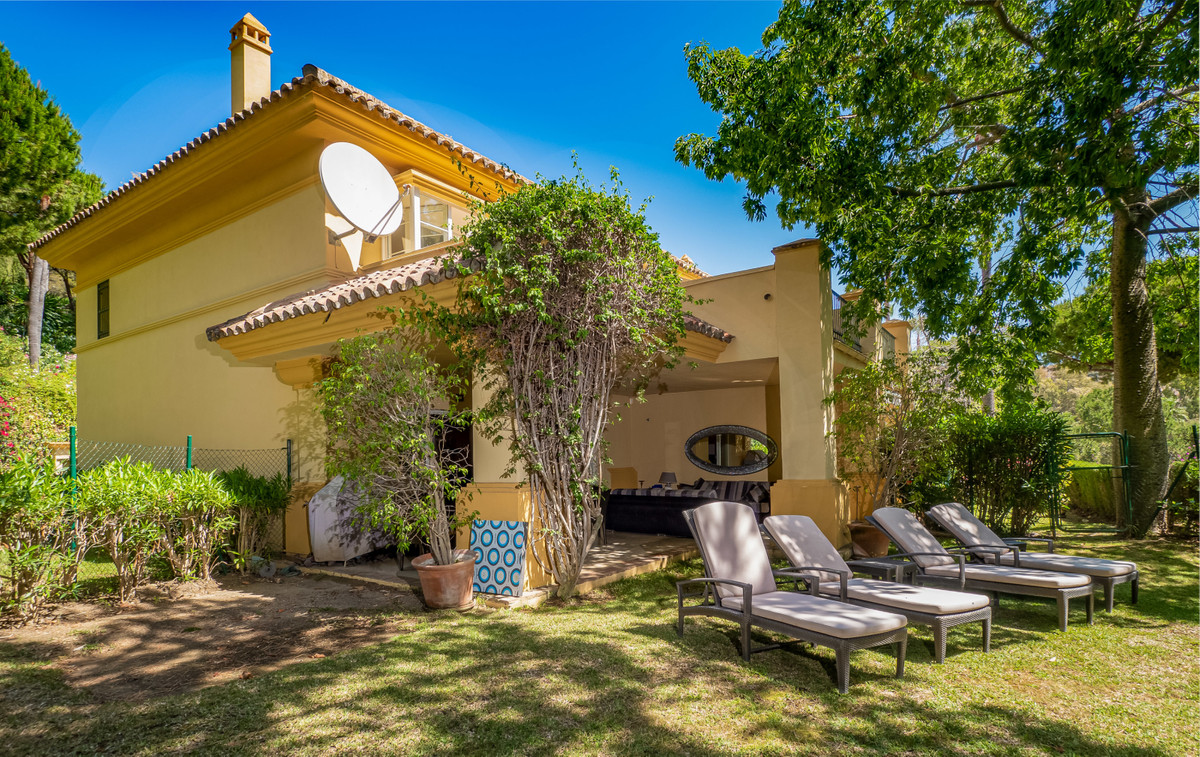A beautiful corner townhouse in a stunning peaceful setting overlooking the lake of Rio Real Golf. O,Spain