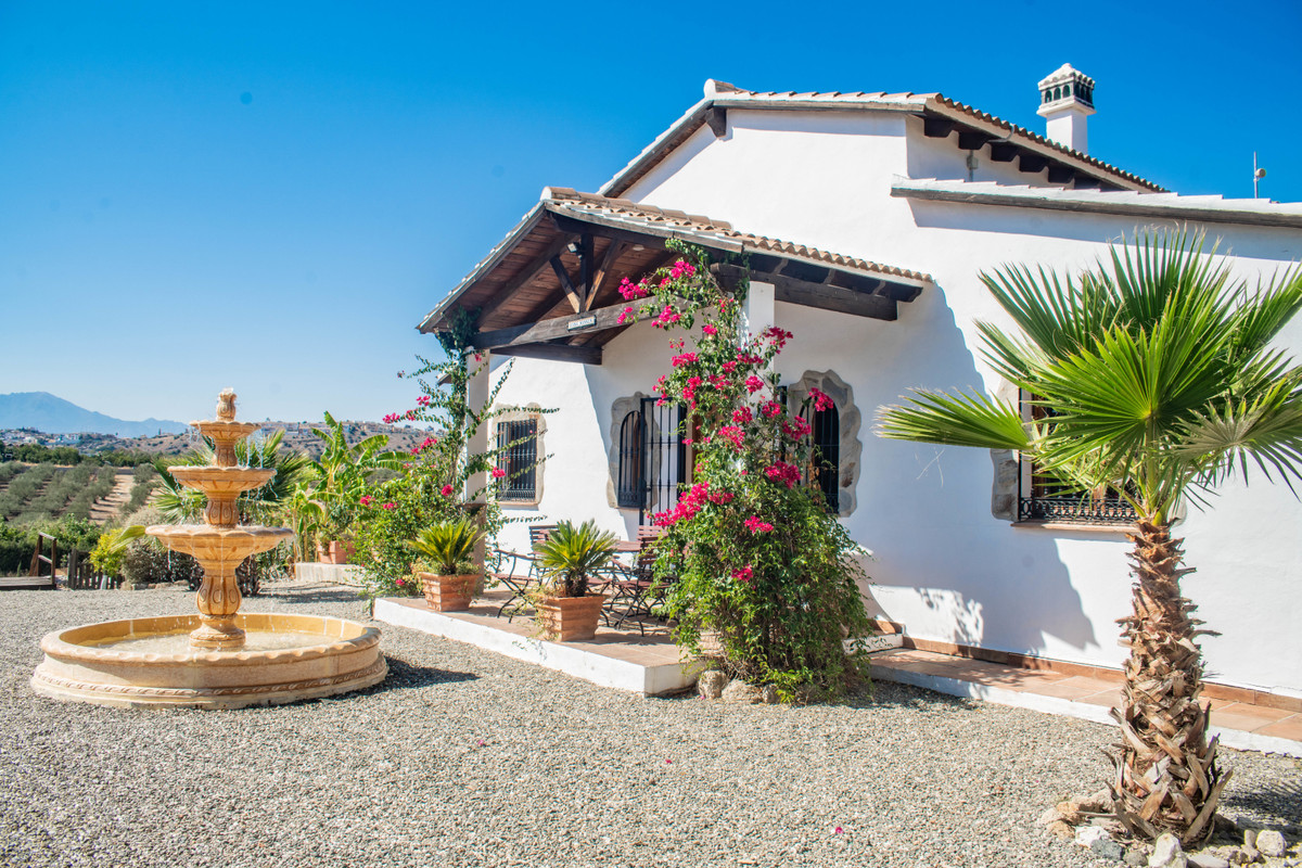 Fantastic 3 double bedroom , 2 bathroom country house in a perfect location, within 5 min from Coin  Spain