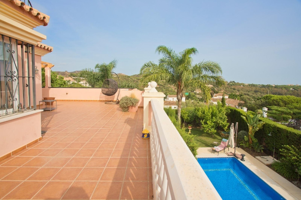 Lovely,very well kept family villa with 6 bedrooms and 4 bathrooms, beautiful garden with built BBQ ,Spain