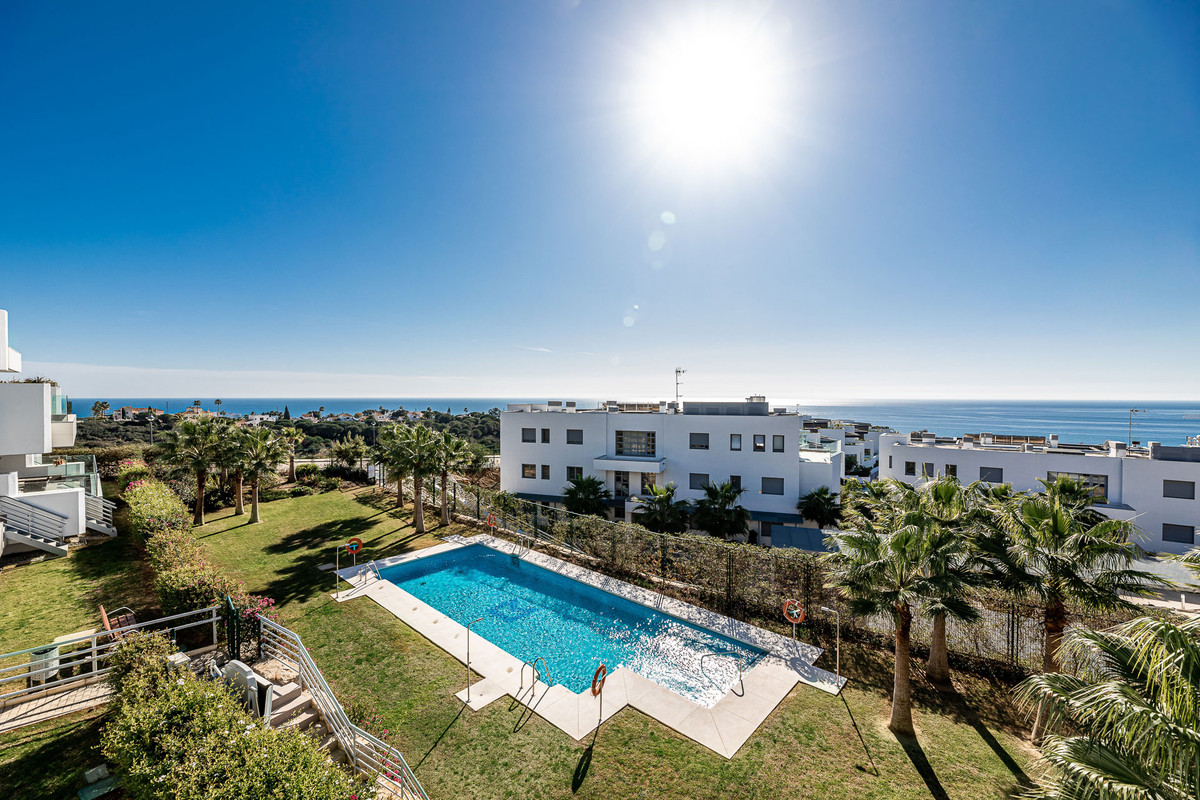 Fantastic apartment with 2 bedrooms and 2 bathrooms with panoramic sea views for sale in Cabopino, E,Spain
