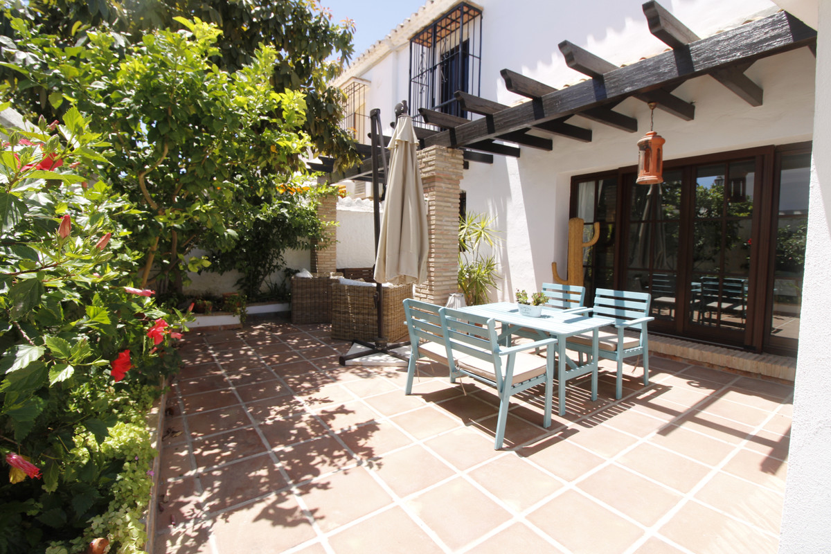 Spacious and bright townhouse located in the prestigious complex of Pueblo Lopez, in the heart of Fu, Spain