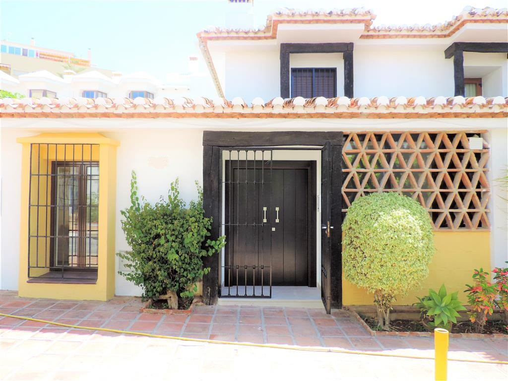 Townhouse in Puebla Lucia in the center of Fuengirola, two floors with patio and terrace. 3 bedrooms,Spain