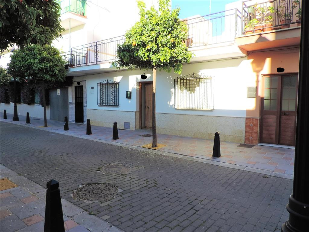 west orientatated house in the area of Camino de Santiago, Fuengirola. It is next to all the services and amenities offered by the city, such as; large supermarkets, shops of all kinds, schools, health center, pharmacies, banks, offices, green areas, leisure areas, sports areas, cafes, bars and restaurants ... in addition, area well connected to public transport. The house is located to completely reform or build a building. It consists of 4 bedrooms, 2 bathrooms, living room, kitchen, a large patio, and a very large roof terrace.  Townhouse, Fuengirola, Costa del Sol. 4 Bedrooms, 2 Bathrooms, Built 103 m², Garden/Plot 127 m².  Setting : Town, Commercial Area, Close To Shops, Close To Sea, Close To Schools. Orientation : East, West. Condition : Renovation Required. Views : Courtyard, Street. Features : Near Transport, Private Terrace. Kitchen : Fully Fitted.