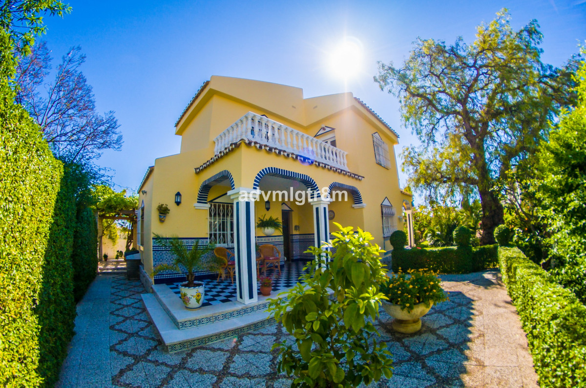 Beautiful independent villa in Benalmadena Costa very well located near the center of Arroyo de la M, Spain