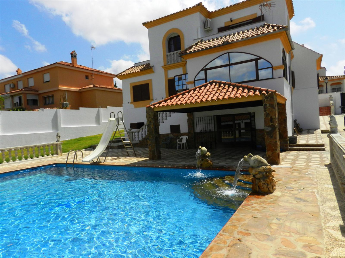 Beautiful villa in classic Andalusian style, on a plot of 1216 m2 with south east exposure, the vill,Spain