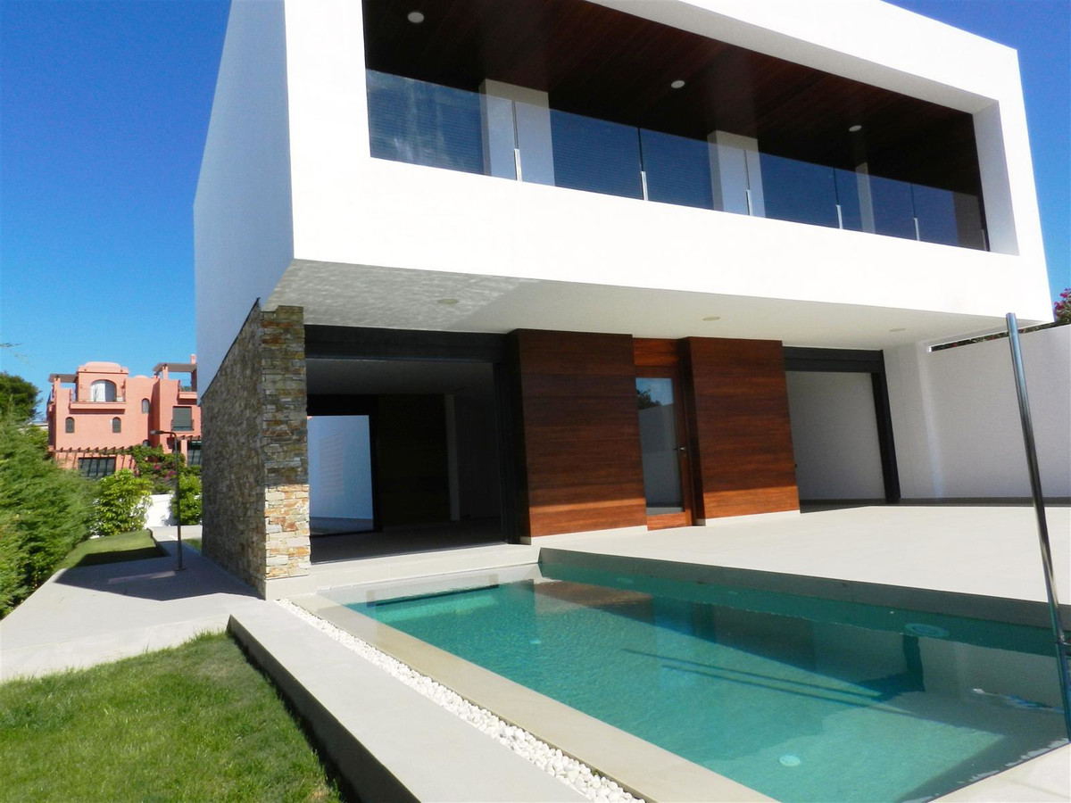 VILLA IN THE DUCHESS Next to the Golf course of the Duquesa in first line elegant Villa of design, o, Spain