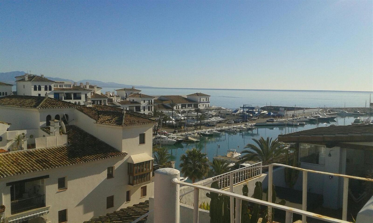Duplex penthouse in the port of Duquesa , overlooking the sea and the golf course. Housing with a bu, Spain