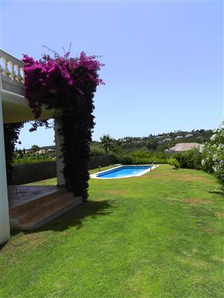 Fantastic opportunity to acquire this beautiful townhouse in the area of Almanara in Sotogrande and , Spain