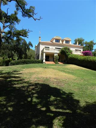 LUXURY TOWNHOUSE OF 5 BEDROOMS ...   Fantastic townhouse, in the beautiful and residential area of A, Spain