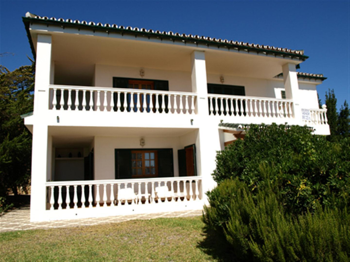 FIRST LINE OF GOLF VILLA IN LA DUQUESA GOLF & COUNTRY CLUB  This impressive first line golf vill, Spain